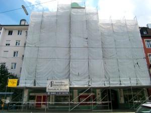 Die verhüllte Fassade des bis auf zwei Wohnungen leer stehenden Gebäudes an der Ismaninger Straße.      Foto: WiB