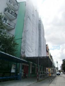 Ein Gerüst mit Dach über Geh- und Radweg schützt Passanten vor abbröckelnden Putz. Foto: WiB