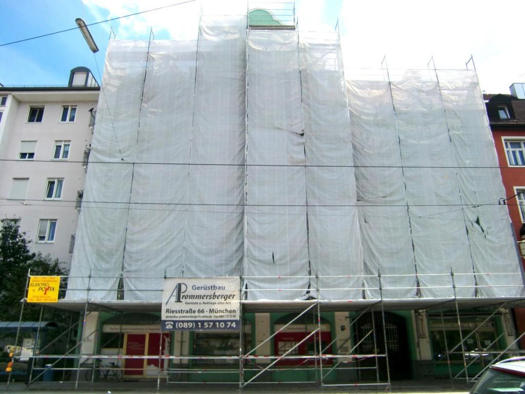 Seit Herbst 2013 war die Front des Hauses der Ismaninger Straße 126 mit Planen verhüllt, war bis zur Unterkante des ersten Stockwerks ein Gerüst mit schützendem Dach über Geh- und Radweg installiert, weil der Putz abbröckelt und von den Eigentümern nicht saniert wird.