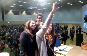 Ein Selfie zur Erinnerung an die Scheckübergabe aus dem WHG-Spendenlauf: Die Initiatoren Jasmin und Billal Higo (hinten) zusammen mit Sara Nuru und Schülersprecherin Ankea D'Orta.