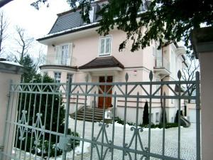 Die heutige Villa mit der Hausnummer 79 von der Mauerkircherstraße aus gesehen.