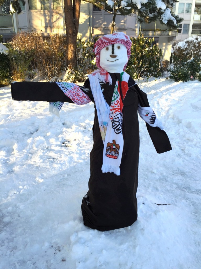 Ein arabischer Schneemann in einer Wohnanlage an der Elektrastraße im Arabellapark.