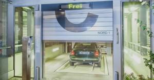 Einer der vier Einfahrtsräume, eine Auto-Übergabekabine, der Anwohner-Tiefgarage in Neuhausen, bei der die Personenwagen elektronisch eingeparkt werden.