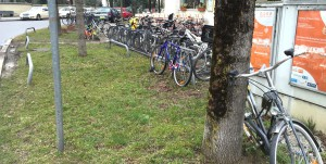 Ein Ärgernis seit Jahren: An der Ecke Mauerkircher-/Montgelasstraße gibt's zu wenige Stellplätze für Fahrräder.