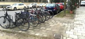 Weitere Fahrradparkplätze können anstelle eines Autostellplatzes nicht realisiert werden, weil die Tiefe am Straßenrand zu gering ist.