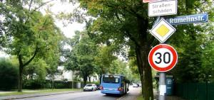 """So war's früher an der Haltestelle Rümelinstraße des 187er: Fahrgäste konnten wettergeschützt im Häuschen auf den Bus warten. Inzwischen ist es abmontiert, jetzt wird eine Sitzbank installiert. Doch die Lokalpolitiker lassen nicht locker, sie fragen nach den """"baurechtlichen Voraussetzungen""""."""