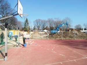 Bauplatz Ostpreußenschule: Auf der einstigen Ballspielwiese wird eine Pavillonanlage mit Klassenzimmern und einer Mensa erstellt.