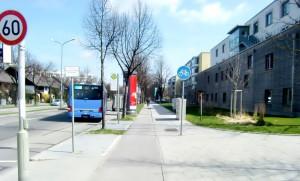 Stadtauswärts jedoch wäre an der Haltestelle des 187er-Busses auf dem Grünstreifen Platz für ein Wartehäuschen mit Bank.