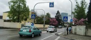 Trotz Zebrastreifen mit Warnblinkanlage ignorieren Autofahrer am Übergang Friedrich-Eckart-/Nettelbeckstraße immer wieder wartende Fußgänger, vor allem Kinder auf dem Schulweg.