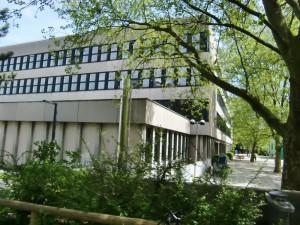 Der mehr als 40 Jahre alte Gebäudetrakt des Wilhelm-Hausensteins-Gymnasiums (WHG) an der Elektrastraße im Arabellapark mit der Containeranlage auf dem Schulhof.
