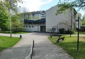 Der Eingangsbereich des langgestreckten Baus der Grundschule an der Oberföhringer Straße.