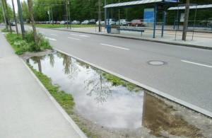 Der matschige Baumgraben an der Straßenbahnhaltestelle Arabellapark / Klinikum Bogenhausen auf der Seite des Krankenhauses soll mit Rasensteinen, Matten oder vorgezogenen Gehweg befestigt werden.