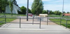 Die Umlaufsperre an der Cosimastraße auf Höhe des Salzsenderwegs über die Straßenbahn-schienen der Linie St. Emmeran bleibt wie sie ist, also ein Z-förmig verlaufender Übergang. Bei einer direkten Querung wäre laut Stadt die Verkehrsicherheit nicht mehr gewährleistet.
