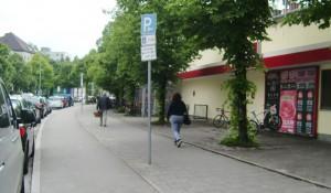 Auch neben dem Haupteingang des Rewe-Markts können Radler ihre Untersätze parken.