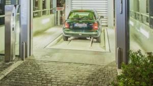 Eine von vier Auto-Übergabekabinen der Anwohner-Tiefgarage in Neuhausen, bei der die Personenwagen elektronisch in den Untergrund gesteuert und eingeparkt werden.                 Foto: Wöhr + Bauer GmbH
