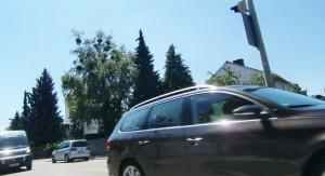 Übergang an der Friedrich-Eckart-Straße aus Sicht eines Schulkinds: Wegen solcher Momente haben Eltern Angst um ihre Mädchen und Buben auf dem Weg von und zur Friedrich-Lutz-Grundschule.