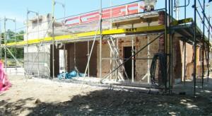 Das Hallenbad ist rundum, auch im Eingangsbereich, eine einzige Baustelle.