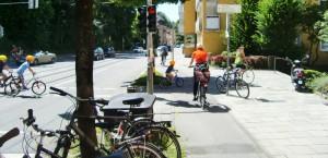 """Statt mit einem roten Belag, wie vom Bezirksausschuss gefordert, werden die Radwege beidseits der Montgelasstraße """"an besonderen Stellen"""" mit Radfahrerpiktogrammen markiert."""