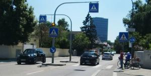 Übergang an der Friedrich-Eckart- auf Höhe Nettelbeckstraße: Warten, dass es ein Auto hält und man sicher die Fahrbahn queren kann.