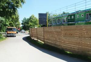 Dieser direkte Weg von der Fritz-Lutz-Straße zum Zamliasee und Zamilapark wird gesperrt und hinter den Containern vorbeigeführt.