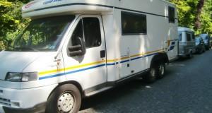 Immer mehr Wohnmobile und Anhänger werden oft für mehrere Wochen in der Maria-Theresia-Straße abgestellt und blockieren zum Ärger von Anwohnern Parkplätze.