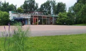 Das im Juli 2001 eröffnete Ökologische Bildungszentrum (ÖBZ) an der Englschalkinger Straße, das über 6,5 Hektar große Außenlangen verfügt.