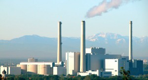 Das HKW Nord, am Rand des Bogenhauser Stadtteils Oberföhring auf Flur der benachbarten Gemeinde Unterföhring gelegen, ist mit seinen Emissionen einer der größten Luftverpester Münchens.   Foto: SWM