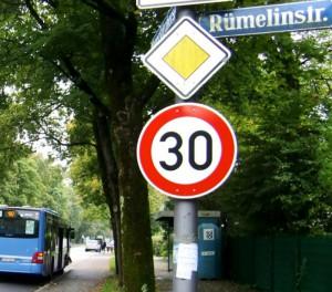 So war's bis Ende 2013 an der Haltestelle Rümelinstraße des 187er: Fahrgäste konnten wettergeschützt im Häuschen auf den Bus warten.
