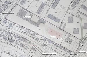 In der Mitte des 300 Meter langen Grundstücks der Grundschule Oberföhring, auf dem Rasenspielplatz, sollen die Pavillonanlagen errichtet werden.    Lageplan: Baureferat