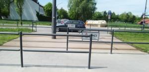 Die Umlaufsperre an der Cosimastraße auf Höhe des Salzsenderwegs über die Straßenbahn-schienen der Linie St. Emmeram soll nach der Vorstellung zweier Lokalpolitikerinnen um eine weitere Sperre erweitern werden, damit Radler die Gleise ohne Gegenverkehr passieren können.