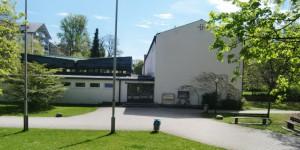Der Eingangsbereich des langgestreckten Baus der Grundschule Oberföhring.
