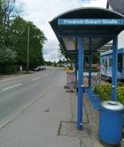 Was in Zamdorf an der Bushaltestelle Friedrich-Eckart-/Ecke Eggenfeldener Straße auf Höhe der Reifenfirma Wiesinger machbar ist, nämlich eine schlanke Wartehalle wegen der Radler zu montieren, das muss doch an der Rümelinstraße auch möglich sein.