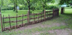 Einige Hundebesitzer, so der Sprecher der Anlieger, sind sauer, weil sie ihre Vierbeiner nicht mehr auf der mit einem Naturholzaun geschützten Streuobstwiese laufen lassen können.