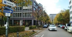 Ab Elektra- bis Arabellastraße, also in Richtung der beiden Hotels, ist der Rosenkavalierplatz jetzt eine Einbahnstraße.