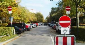 """An der Ecke Arabellastraße/Rosenkavalierplatz gibt's unübersehbar drei Schilder """"Verbot der Einfahrt"""". Doch immer wieder missachten Autofahrer einfach diese Hinweise, fahren in den gesperrten Abschnitt ein."""