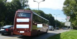 Immer wieder kommt es vor der Fahrbahnteilung am Isarring zu gefährlichen Szenen. Obwohl verboten scheren Fahrzeuge wie dieser Bus aus auf die linke Spur, um beim Dauergrün der Ampel passieren zu können.