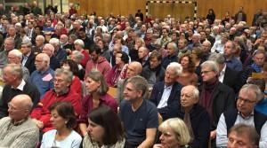 Volles Haus: Mehr als 350 Bürger waren zur Einwohnerversammlung in die Turnhalle der Helen-Keller-Realschule gekommen, einige verfolgten Berichte und Anträge stehend.