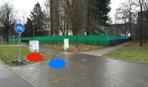 Effnerplatz, Weg zum Westin-Hotel: An der Stelle des roten Ovals kann einer Leitungstrasse eine Werbesäule nicht aufgestellt werden. Nun soll sie laut Planungsreferat an der Stelle des blauen Ovals installiert werden – also im Fußgängerbereich.    Fotos: Blessing