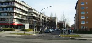 Die Stuntz- an der Ecke zur Richard-Strauss-Straße – die Einfahrt in die Parkstadt Bogenhausen, wo die Fahrbahnen in der Mehrzahl sehr schmal sind.