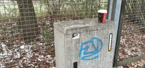 Rücksichtslos hat jemand seinen Coffee-to-go-Becher auf einem Elektrokasten beim Klinikum Bogenhausen entsorgt – zehn Meter weiter steht ein Abfallkorb.
