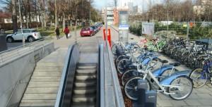 Die erste von geplanten acht MVG-Mietradstationen in Bogenhausen wurde am Böhmerwaldplatz beim Zugang zur U4 eingerichtet.