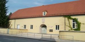 Die Stadt soll für die Bewirtschaftung der Mensa an der Grundschule in der Ostpreußenstraße – der Erstbezug von mehr als 900 Kindern erfolgte im Mai 1936 – eine Lösung präsentieren. Der Ablauf wird bislang vom Sekretariat und von Mitgliedern des Fördervereins organisiert.