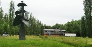 Die Fläche mit der Baumbrunnen-Skulptur vor dem Jugendtreff Cosi (im Hintergrund) wollen die Lokalpolitiker zu einer gepflegten Grünanlage aufgewertet haben, lehnen unisono Container zur Flüchtlingsunterbringung ab.