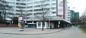 Am Busbahnhof Arabellapark soll nach Vorstellung des Bezirksausschusses ganzjährig ein Ersatz¬bus stationiert werden, um im Fall von Störungen vor allem bei der Straßenbahnlinie St. Emmeram sofort einsatzbereit zu sein. Doch die MVG lehnt nicht zuletzt aus Kostengründen ab.