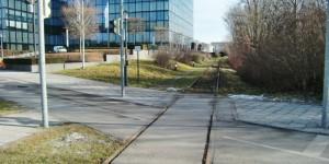 Das Riemer Gleis, das in Steinhausen am Rand des Gebäudes des Süddeutschen Verlags verläuft, wird entfernt.