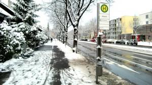 Schneefall, Regen und Wasserfontänen von vorbeifahrenden Autos sind die Fahrgäste der Buslinie 187, vor allem Senioren aus dem benachbarten MünchenStift-Haus, beidseitig an den Haltestellen Odinpark ausgesetzt.