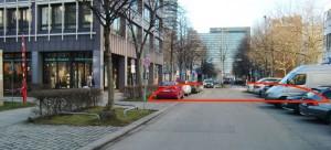 Der Antrag eines Bürgers im Bezirksausschuss: Ab der roten Querlinie die Fahrbahn von der Elek-trastraße kommend in Richtung Westin Hotel sperren und einen Fußgängerbereich einrichten. Etwa sechs Parkplätze würden dadurch entfallen.