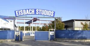 Die Einfahrt zu den Eisbach Studios an der Berduxstraße in Aubing, wo in sieben Studios knapp 4000 Quadratmeter Fläche zur Verfügung stehen.      Foto: commons.wikimedia.org