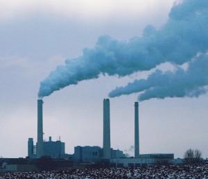 Das Heizkraftwerk Nord, am Rand des Bogenhauser Stadtteils Oberföhring auf Flur der benachbar¬ten Gemeinde Unterföhring gelegen, ist mit seinen Emissionen einer der größten Luftverpester Münchens.   Foto: Wikipedia