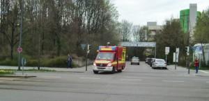 Ausfahrt aus dem Klinikum Bogenhausen auf die Englschalkinger Straße: Per Druck auf eine Taste an der Garage kann der Fahrer des Notarztwagens eine Grünphase der Ampeln auslösen.